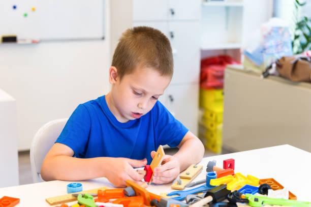ein kind spielen reparatur gespielen - kindergarten handwerk stock-fotos und bilder