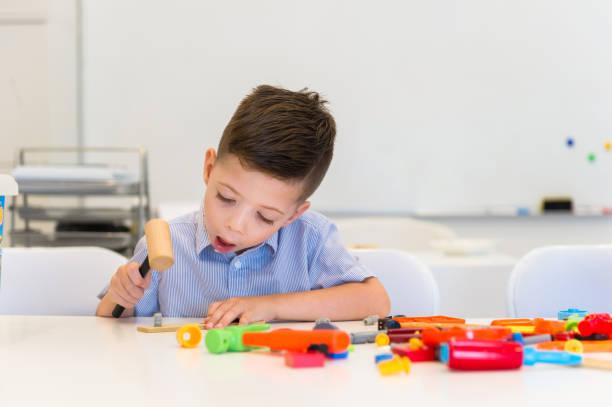 ein kind spielen reparatur gespielen, mit hummer - kindergarten handwerk stock-fotos und bilder