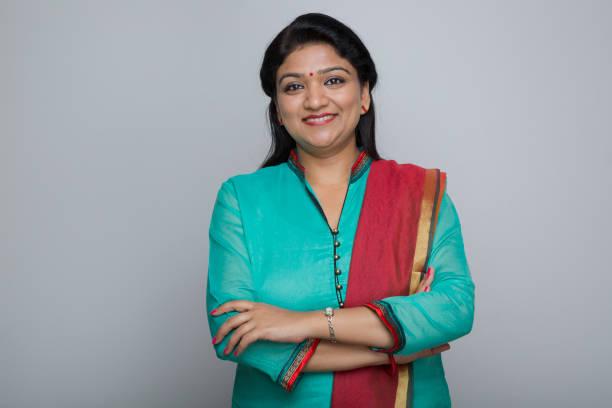 une femme indienne attrayante confiante - stock image - inde photos et images de collection