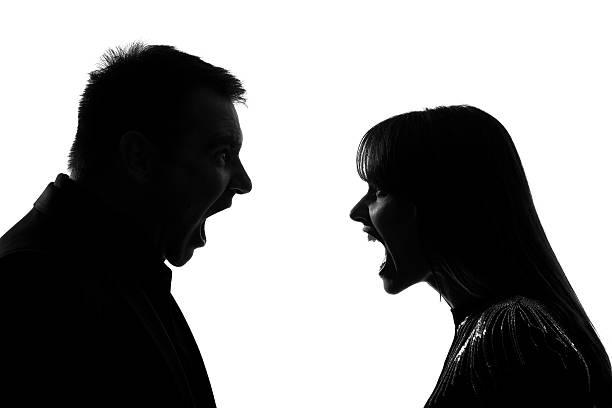 um casal homem e mulher gritando gritando dipute - gritar - fotografias e filmes do acervo