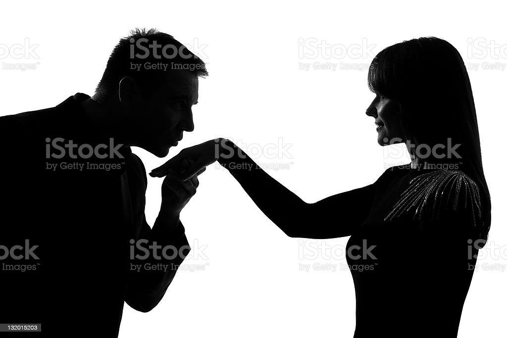 Una Pareja hombre Besando a la mujer de la mano - foto de stock