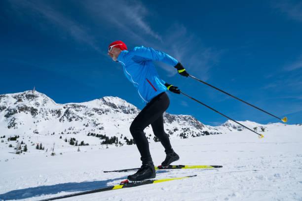en längdåkare skridskor i bergen - winter austria train bildbanksfoton och bilder