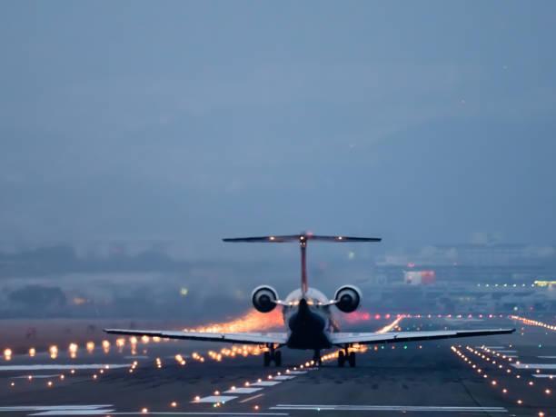 un día de aeropuerto internacional de osaka - aterrizar fotografías e imágenes de stock