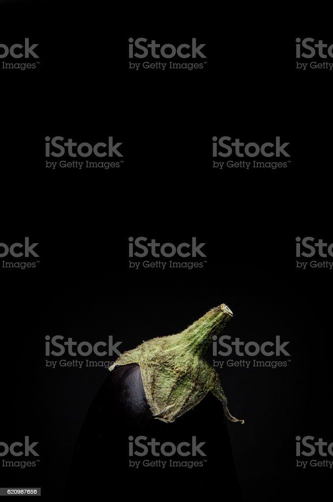 Uma berinjela no fundo preto foto royalty-free