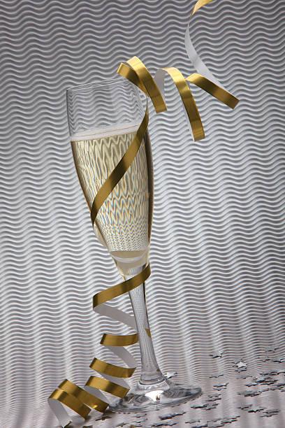 um copo copos de champanhe vibrance prata fundo (xxxl - gradients golden ribbons imagens e fotografias de stock