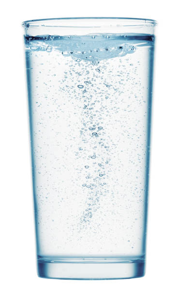 un vaso de agua con gas sobre un fondo blanco, objeto aislado - foto de stock