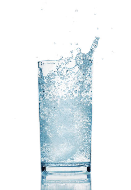 ein Glas Wasser mit Spritzer aus fallendem Eiswürfel, weißem Hintergrund, isoliertem Objekt – Foto