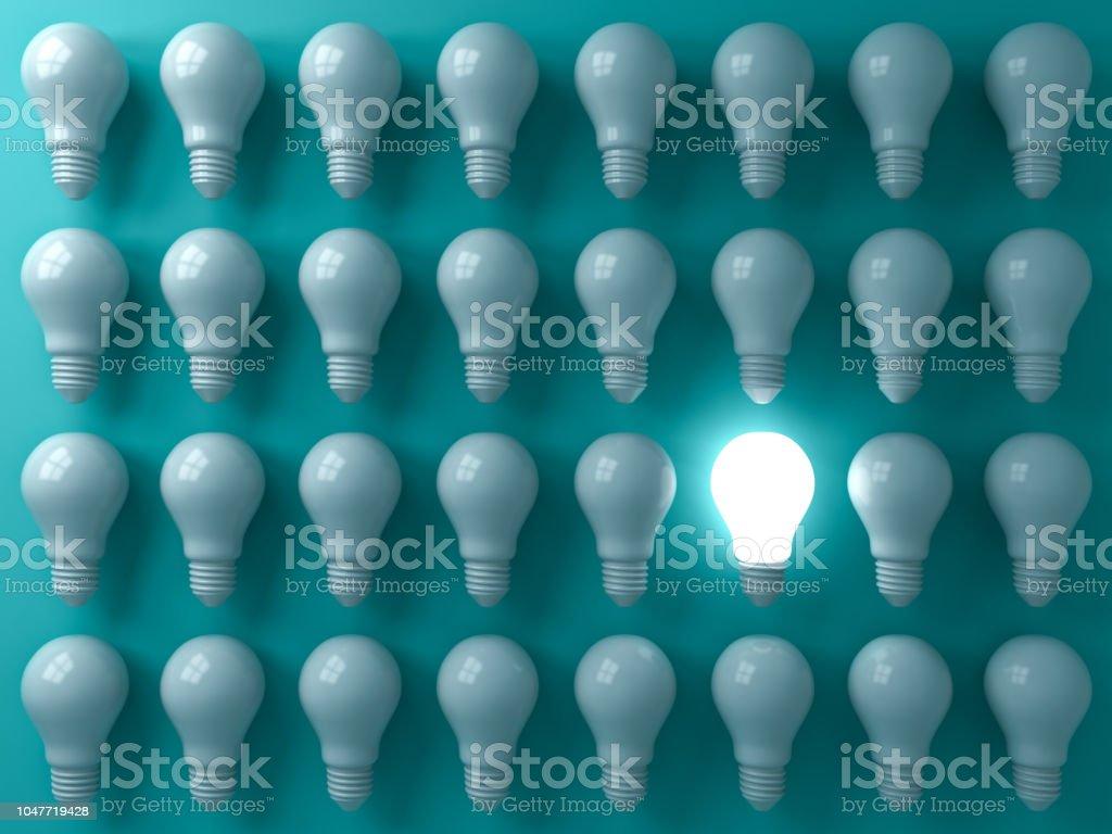 Un incandescent ampoule debout dehors de l'éteint ou ampoules dim sur pastel vert foncé individualité de l'arrière-plan de couleur et pense que le rendu 3D de business idée créative des concepts différents - Photo de Abstrait libre de droits