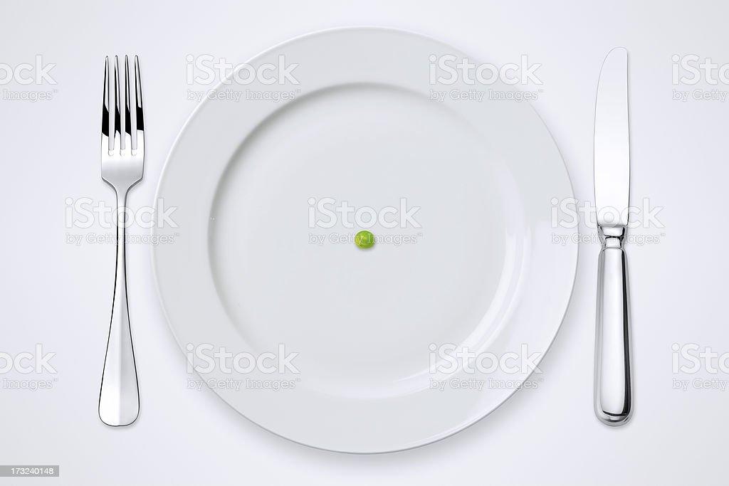 Erbsen auf einem Teller. Gedeckter Tisch mit Clipping Path. – Foto