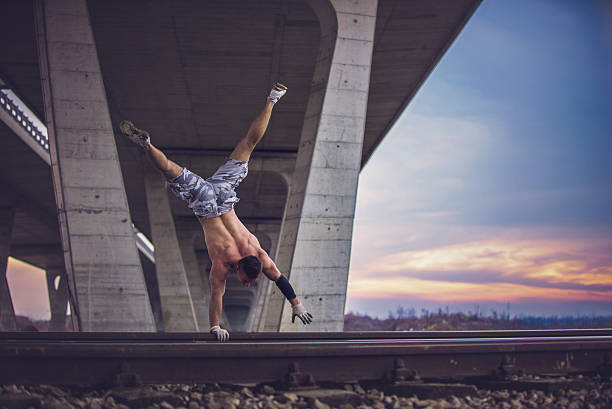 una mano stand su ferrovia - man city exercise abs foto e immagini stock