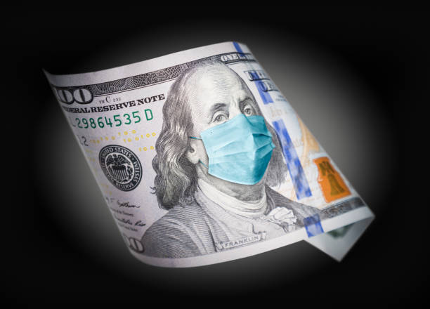 Hundert Dollar Bill mit medizinischer Gesichtsmaske auf Benjamin Franklin – Foto
