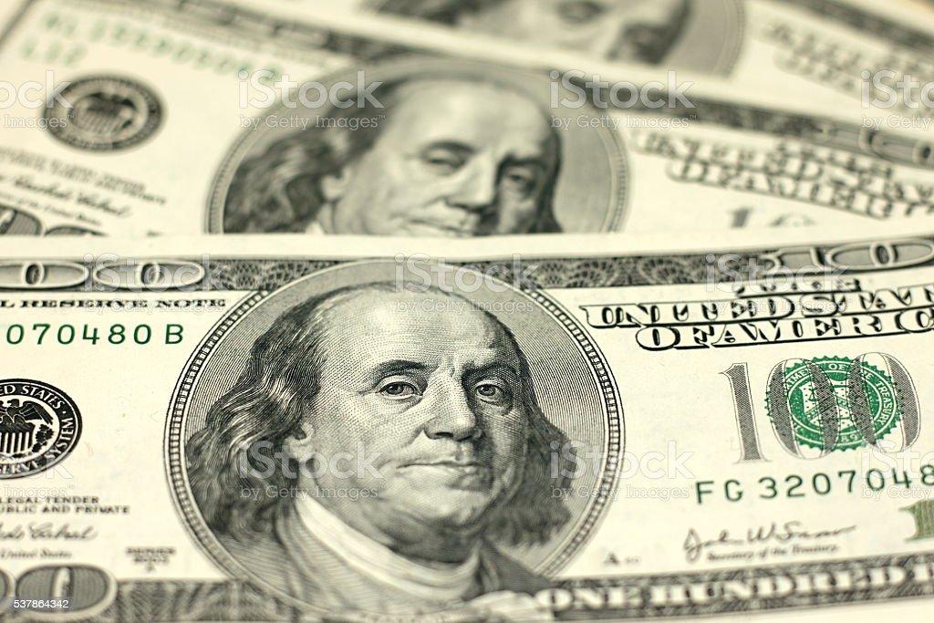 Notas de cem dólares em Fechar-se - foto de acervo