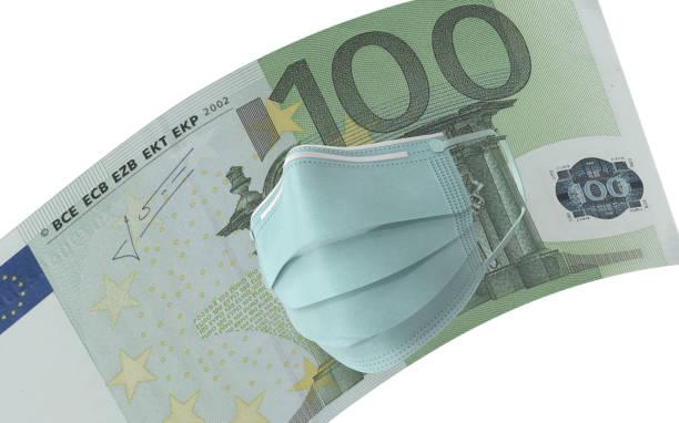 hundert euro-banknote mit maskenschutz für coronavirus auf wirtschaft vor weißem hintergrund - europäische währung stock-fotos und bilder