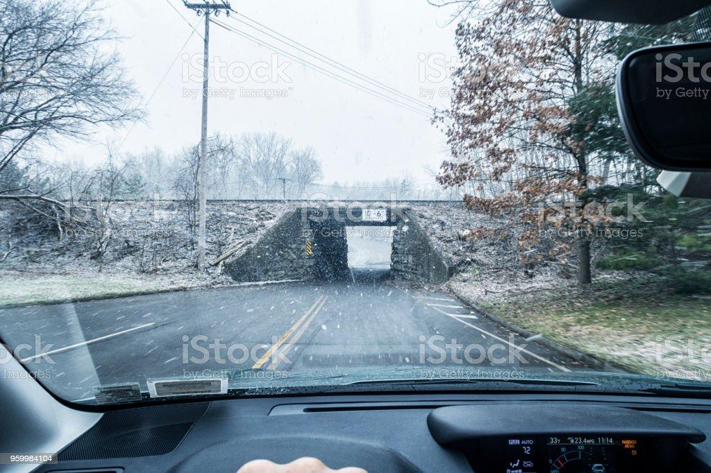 Eine Eisenbahnbrücke Lane Tunnel während Winter Schnee Schneesturm – Foto
