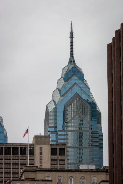 one liberty place gebäude in philadelphia, usa - hotel pennsylvania new york stock-fotos und bilder