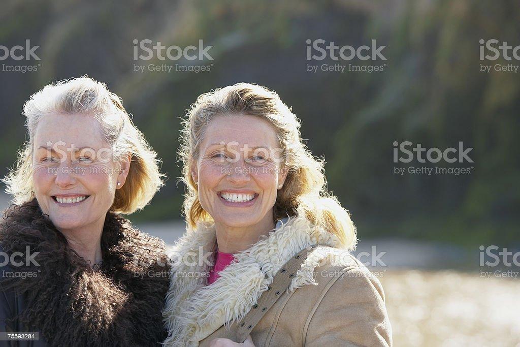 Um responsável e uma mulher idosa na praia foto de stock royalty-free