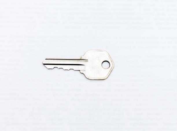 Beyaz arka plan üzerinde izole bir metal düz anahtar stok fotoğrafı