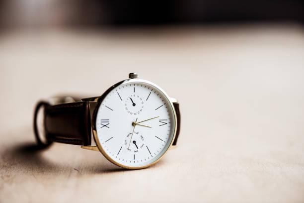 un reloj moderno en mesa de madera - reloj de pulsera fotografías e imágenes de stock