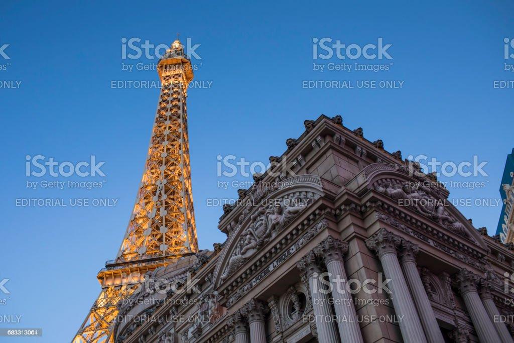En av Las Vegas sevärdheter, twilight skott av den berömda Paris Hotel. royaltyfri bildbanksbilder
