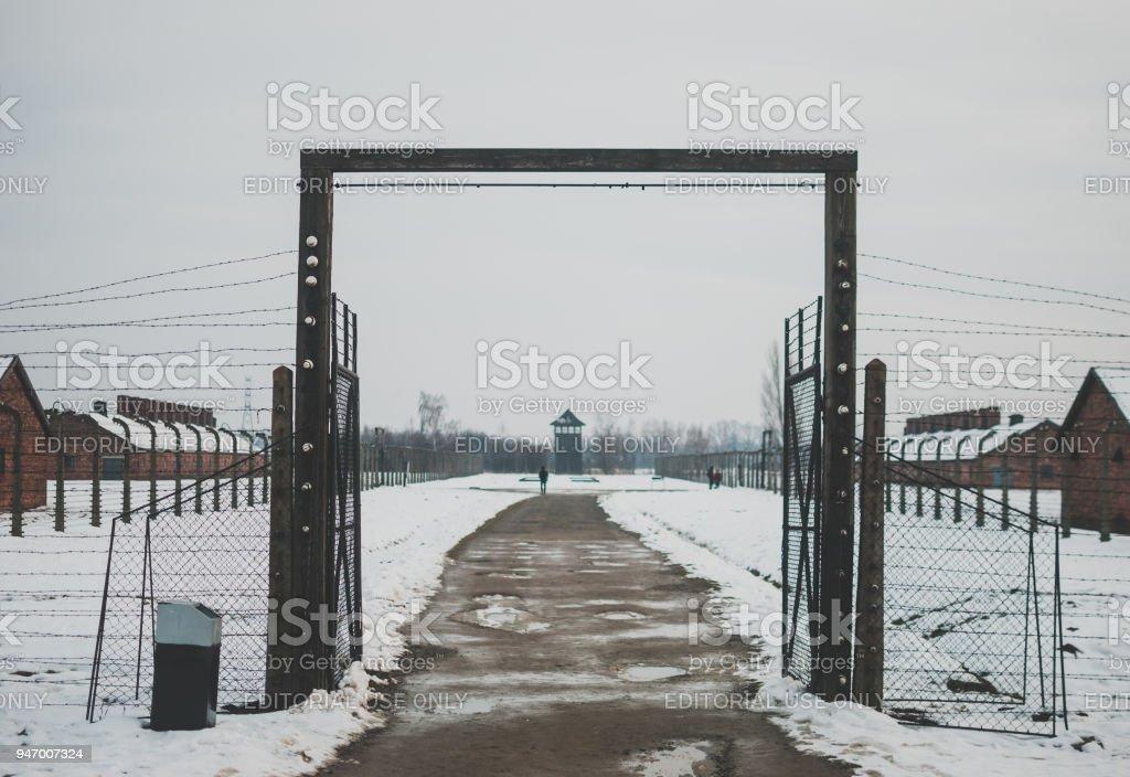 Einer der Eingänge in das Konzentrationslager Auschwitz. – Foto