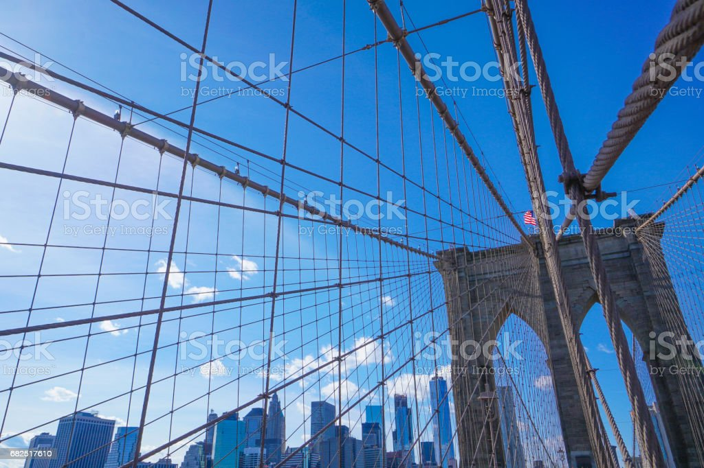 One of the main attractions in New York - famous Brooklyn Bridge- MANHATTAN - NEW YORK - APRIL 1, 2017 Стоковые фото Стоковая фотография