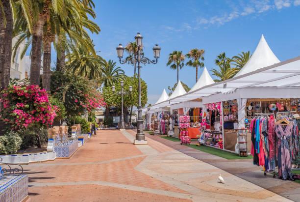 Einer der wichtigsten hübschen Plätze in Ayamonte, Spanien während des Sommers, wenn es Geschäfte gibt, die Kleidung, Süßigkeiten und Souvenirs verkaufen. – Foto