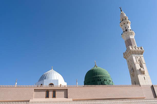 l'une des tours à la mosquée nabawi contre ciel bleu - omra photos et images de collection