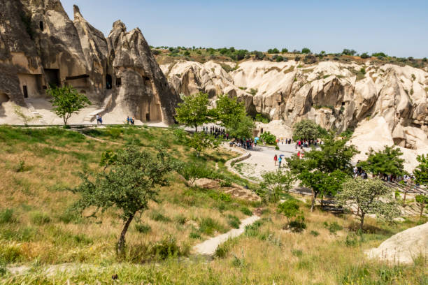 een van de turkse unesco world heritage sites, de goreme open-air museum is een essentiële stop op elke cappadocië route. algemeen uitzicht van goreme open air museum. - aardpiramide stockfoto's en -beelden