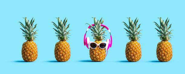 eine einzigartige ananas tragen kopfhörer - individualität stock-fotos und bilder