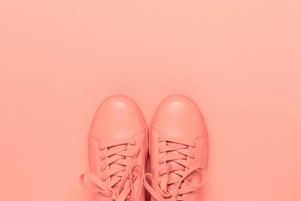 Une paire de chaussures corail sur fond corail. - Photo
