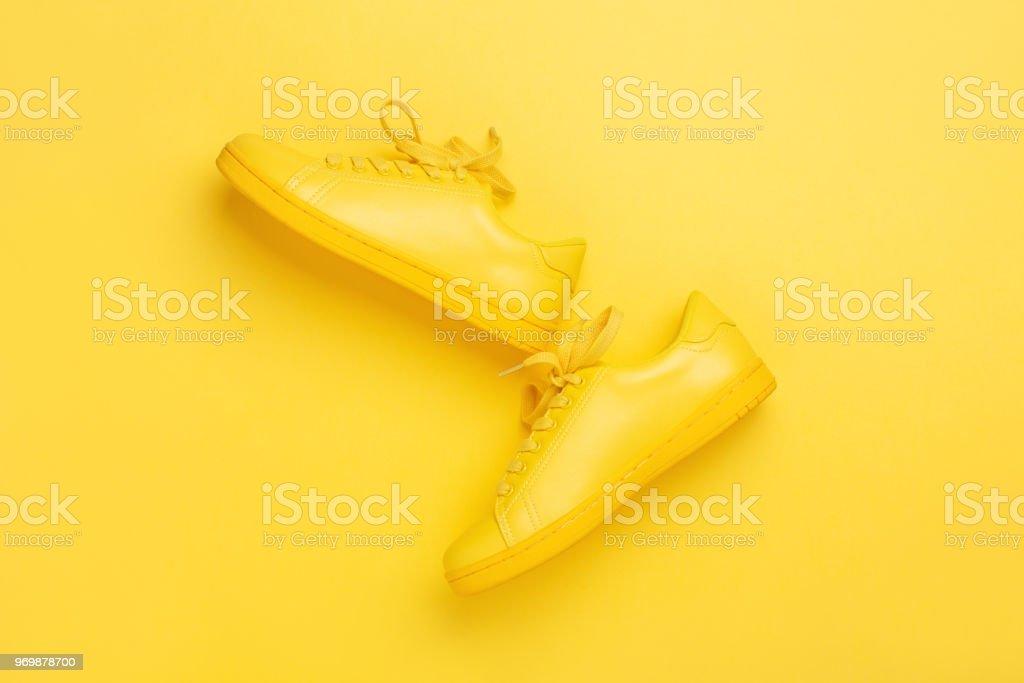 Un par de zapatos amarillos sobre fondo amarillo. - foto de stock