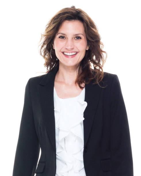 Eine Person / Kopfschuss / Porträt von 30-39 Jahre alt schöne braune Haare kaukasische Geschäftsfrau / Geschäftsfrau / Managerin vor weißem Hintergrund trägt einen Anzug, der lächelt / glücklich / fröhlich – Foto