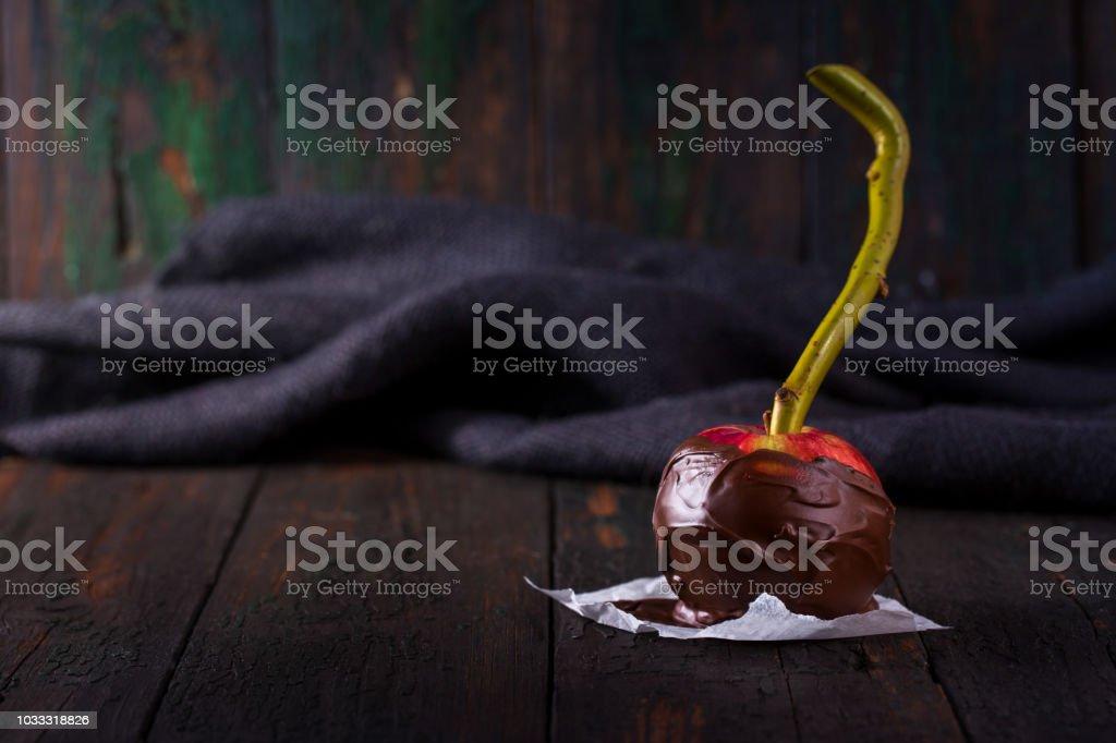 Una manzana roja en chocolate - foto de stock