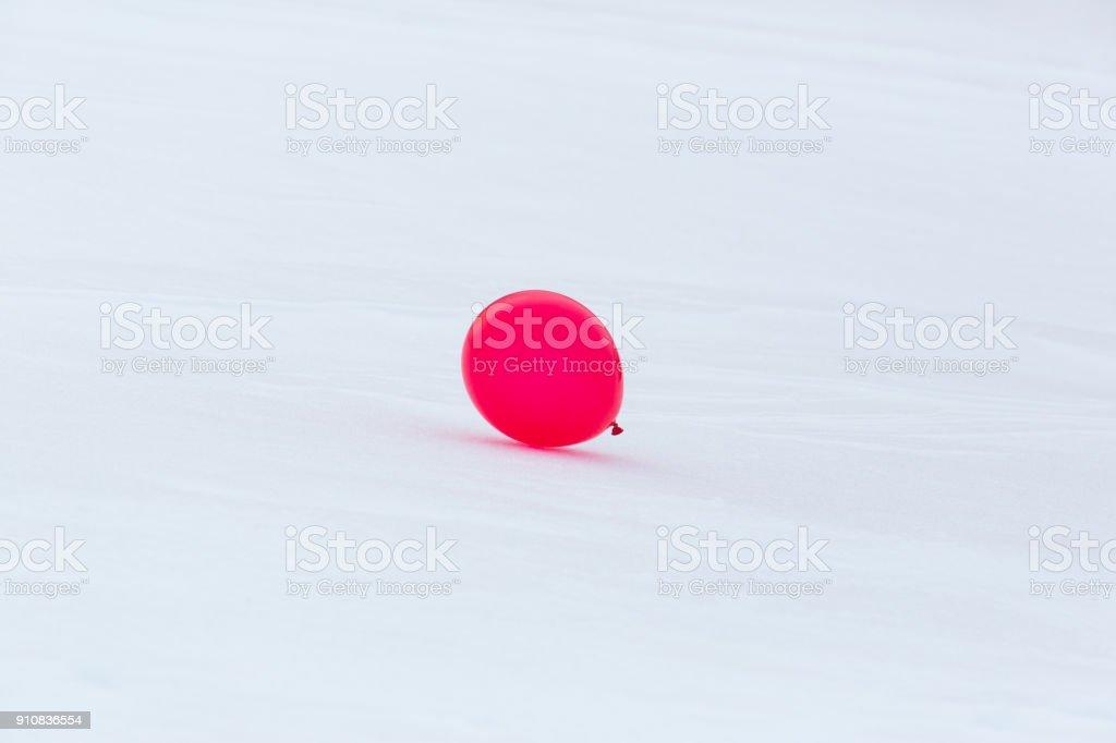 einen roten Ballon in verschneiter Winterlandschaft – Foto