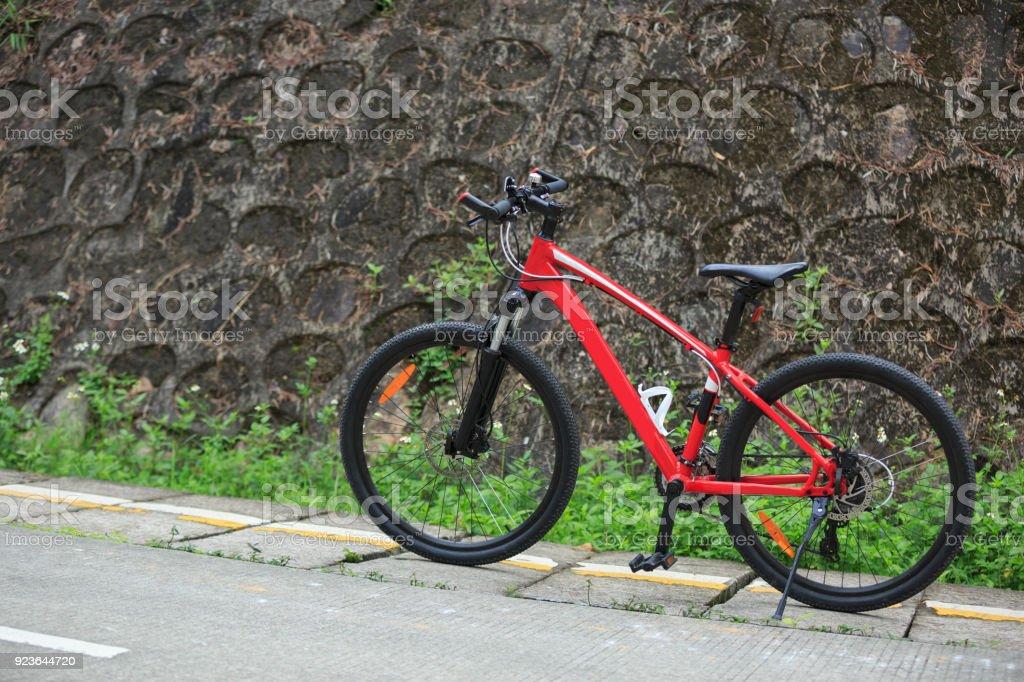 Fotografía de Una Bicicleta De Montaña Roja En El Borde De La ...