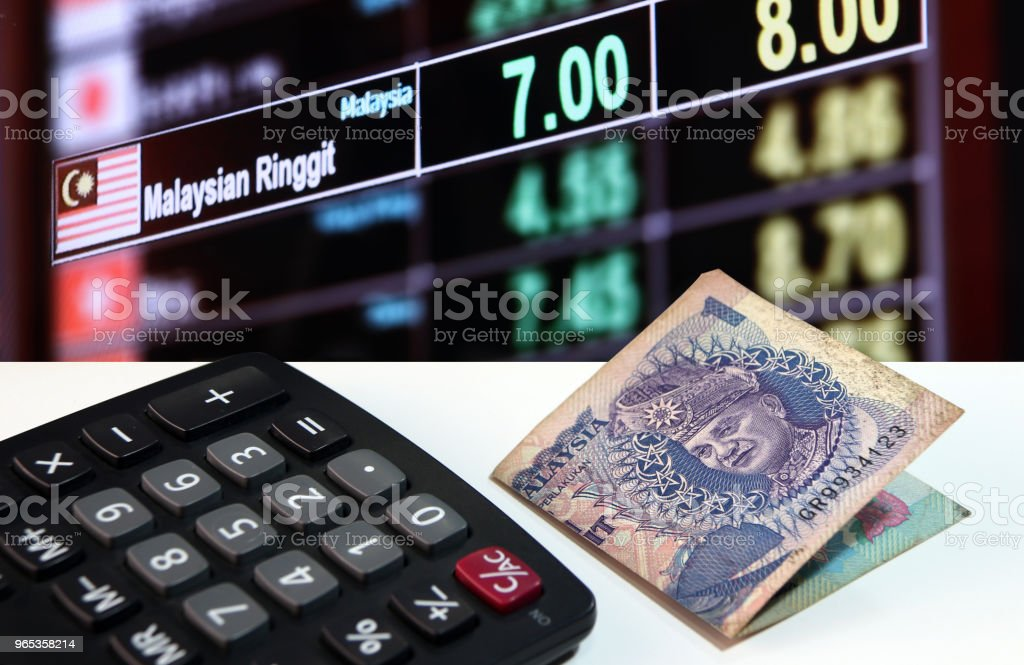 One ringgit banknote of Malaysia and calculator on the white floor with digital board of currency exchange money background. zbiór zdjęć royalty-free