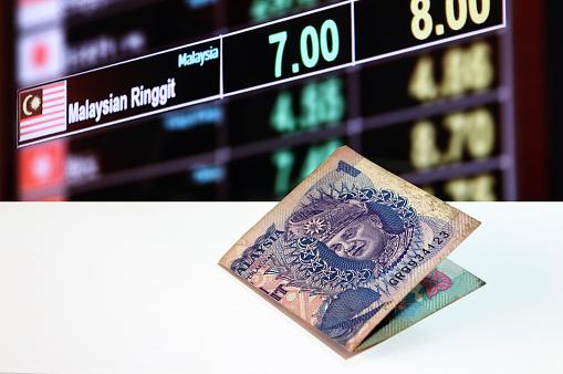 통화 교환 돈 배경의 디지털 보드에 흰색 바닥에 말레이시아 1 링깃 은행권 0명에 대한 스톡 사진 및 기타 이미지