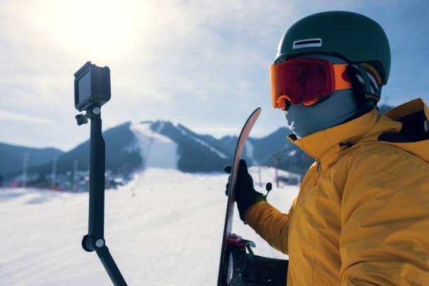 ein Snowboarder verwenden Action-Kamera unter Selfie auf Winter-Ski-Resort-piste – Foto