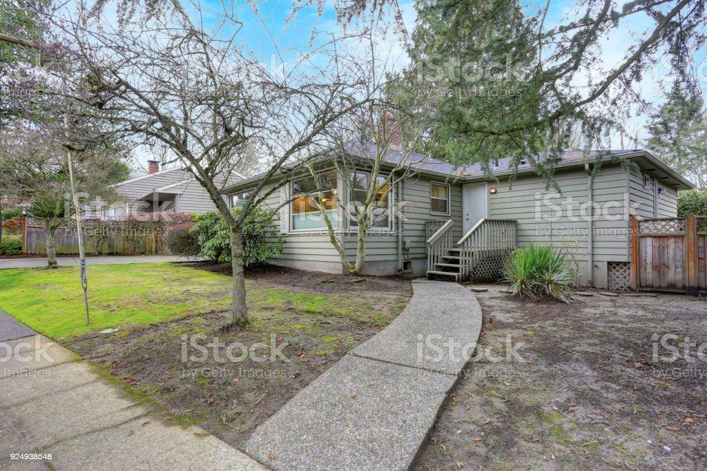 Einstockiges Haus Mit Grauer Aussenfarbe Hinterhof Stockfoto