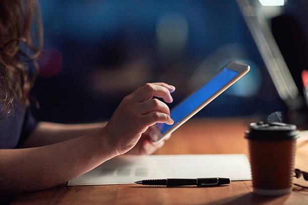 one touch away from meeting her deadline - tablet mit displayinhalt stock-fotos und bilder