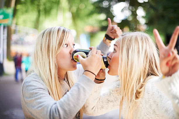 ein! zwei! drei! drink! - lustige trinkspiele stock-fotos und bilder
