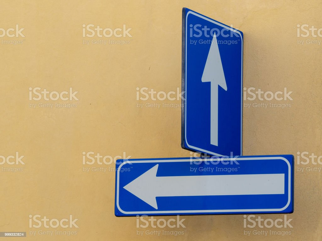 one way road sign on urban road - foto stock