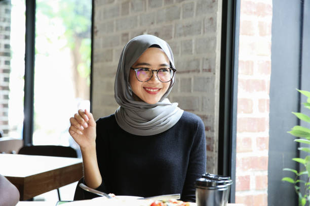one women order in cafe and smile - hijab foto e immagini stock