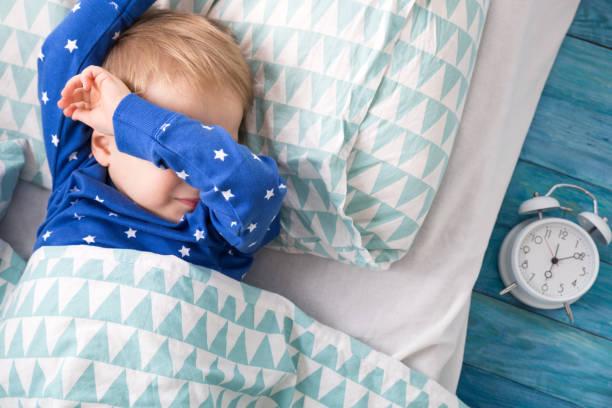 ein jahr alt baby weint - promi zuhause stock-fotos und bilder