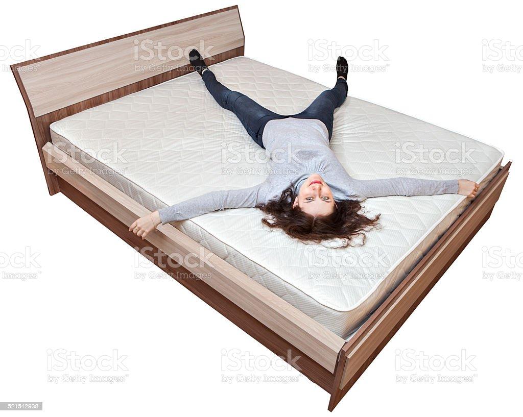 Junge kaukasischen Mädchen ist Entspannung im Bett innerspring Matratze. – Foto