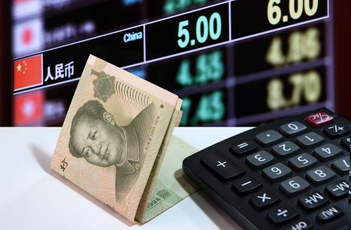 1 원 지폐 중국 흰색 바닥에 계산기의 통화 교환 돈 배경의 디지털 보드 0명에 대한 스톡 사진 및 기타 이미지