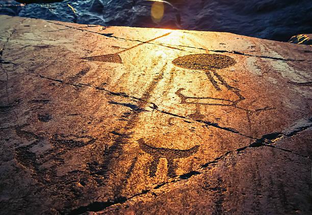 onega petroglyphs at sunset - mağara resmi stok fotoğraflar ve resimler