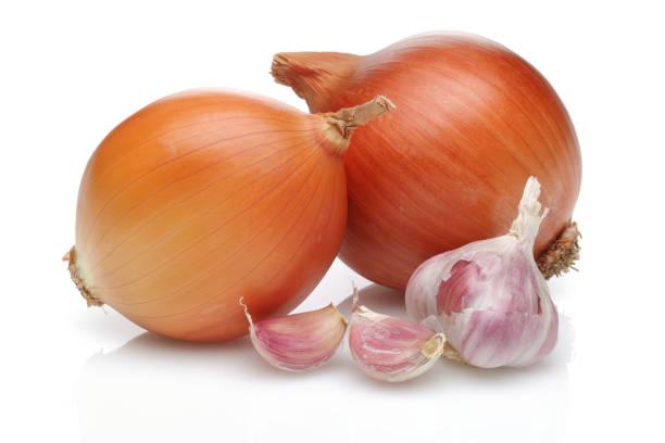 onion and garlic on white background - aglio alliacee foto e immagini stock