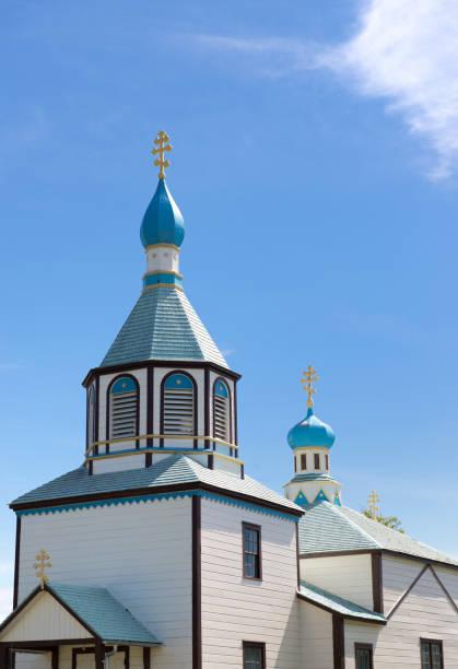 zwiebeltürme auf russische orthodoxe kirche, alaska - russisch orthodoxe kirche stock-fotos und bilder