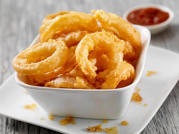 onion rings - gefrituurde uienring stockfoto's en -beelden